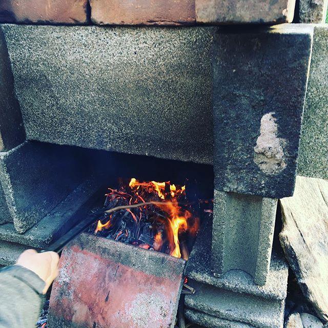 今日は猛烈に寒いので、庭で火起こし。後で、お汁粉を作ろう♪#SUDACH #蘇大地 #火起こし #焚き火 #焚火 #田舎 #田舎暮らし (Instagram)